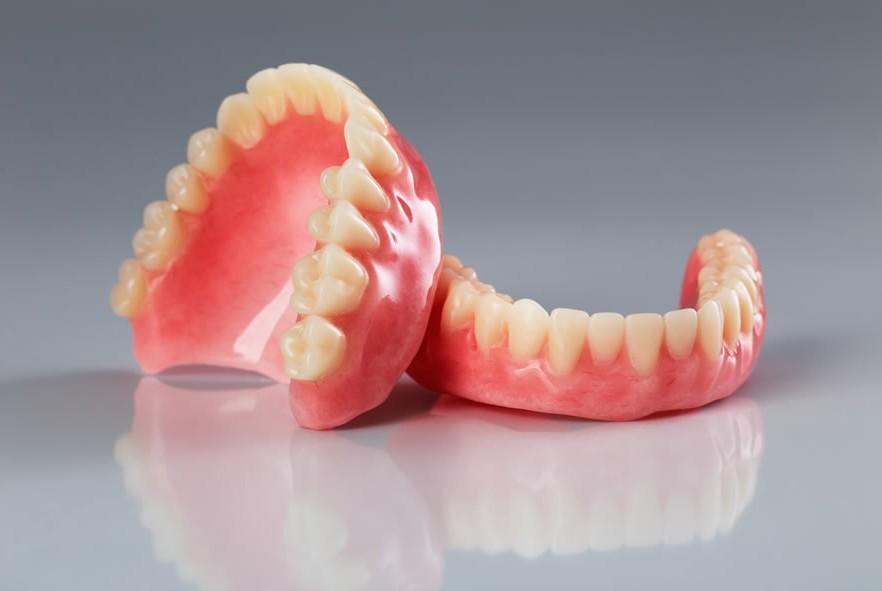 diferencias entre las prótesis dentales removibles completas o parciales en la clínica dental en Barcelona Marín García